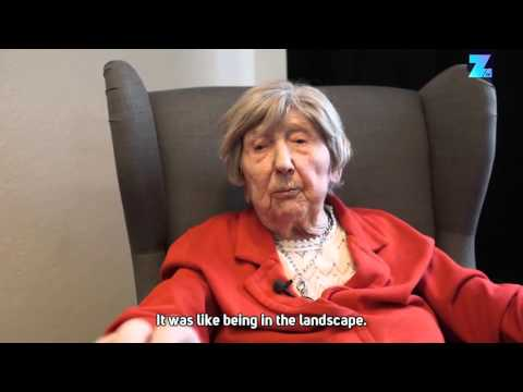 World's oldest blogger tries virtual reality