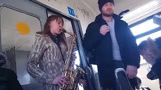 Девушка красиво играет на саксофоне в электричке /Канал ДАВАЙ ПОГОВОРИМ