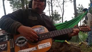 Download Lagu Dikiri gunung di kanan gunung di tengah tengah ada mang jabrig mp3