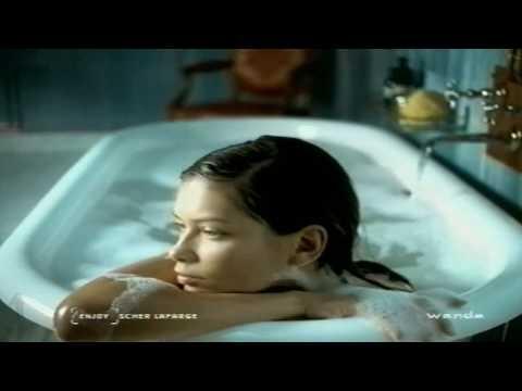 Sexy FAIL: Model wears bra in the bath!