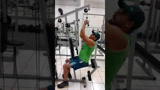 Treinando na estação de musculação, exercício em casa.