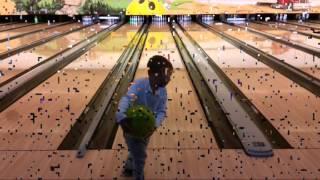 Игра в боулинг. Ян первый раз играет в боулинг. Magic Bowling Linden Gießen