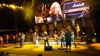 Kenny Chesney and Joe Walsh, Red Rock, Lifes been good.wmv