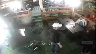 драка в баре смотреть до конца