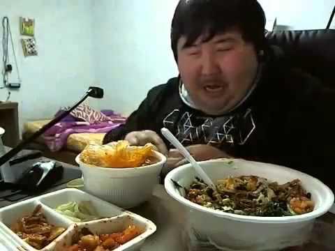 Chino riendo mientras come