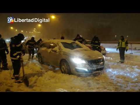 Download La UME trabaja sin descanso para rescatar a conductores atrapados por la nieve en Madrid en la A-4