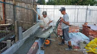 Заливаем бетонную лавочку  на участке.