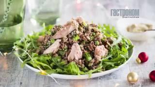 Салат из копченого лосося, горошка и риса