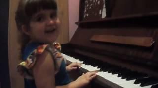 Девочка в 3 года очень хорошо умеет играть на пианино!!!!ШООООК!!!!!