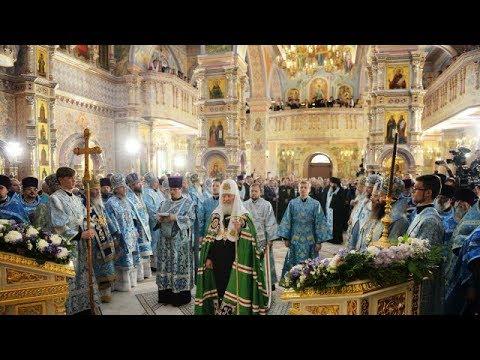 Встреча и облачение Святейшего Патриарха Московского и всея Руси Кирилла перед освящением храма .