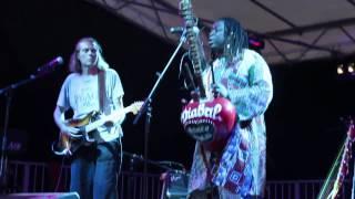 """Festival des foins, Jeff KELLNER et Prince DIABATE jouent un morceau intitulé """"AFRIQUE""""."""
