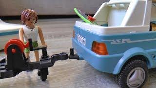 Сеня грає в машинки іграшки і спускає на воду Катер