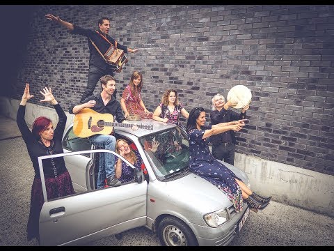 Valtonyc, as galegas Ialma e outros músicos belgas versionan 'Bella ciao'