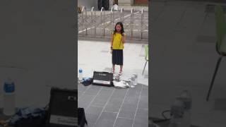 홍대 버스킹 지나가는 초등학생의 고음ㅎㄷㄷ(Tears)