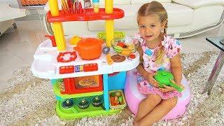 Diana e Roma brincam com uma cozinha de brinquedo
