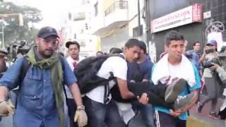 ¡LO QUE VENEZUELA NO VIO! Impactante video sobre protesta #12F en Venezuela(Impactante video sobre los hechos violentos ocurridos en la sede del Ministerio Público en la ciudad de Caracas, donde se observa a Guardias Nacionales ..., 2014-02-13T16:50:44.000Z)