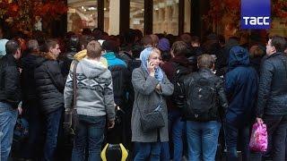 Сотни людей выстроились в очередь за iPhone 7 на Красной площади