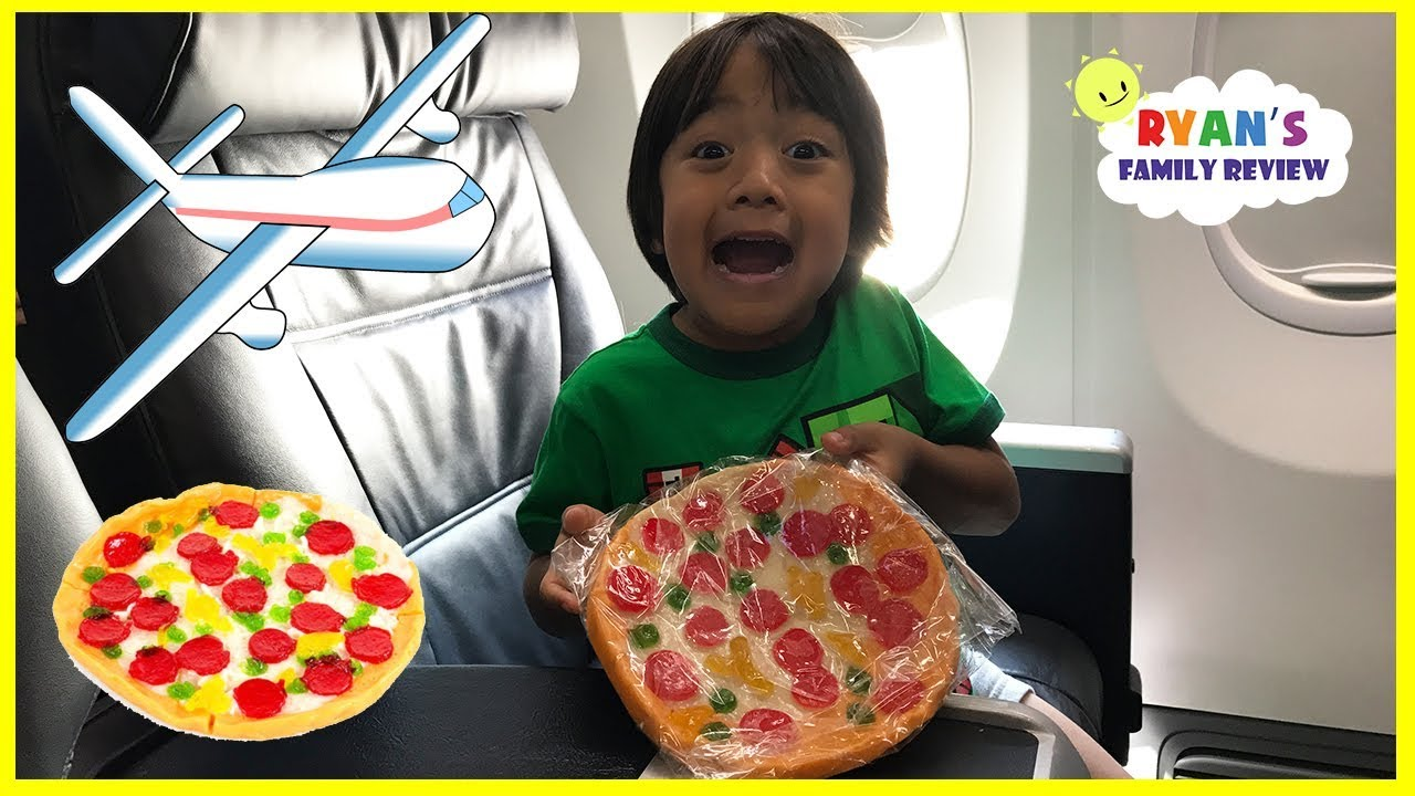 Gummy pizza candy challenge kid on the airplane toy hunt for Swimmingpool gummi