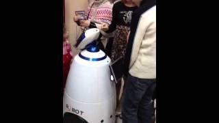 Дети пытают чудо-робота:)