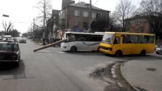Бревно пробило лобовое стекло пассажирского автобуса(В Черкассах произошло ДТП на пересечении улиц Ильина и Энгельса (Чорновола). Перегруженный автомобиль двиг..., 2016-05-25T02:44:58.000Z)