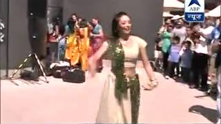 World Cup Quarter-final : Dancers perform on Indian songs in Melbourne to support Team India