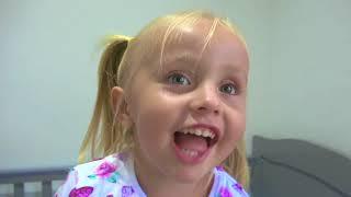 Niños y papá en historias divertidas sobre juegos en escondite y lava