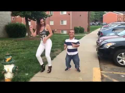 Парень с девкой сексуально танцуют