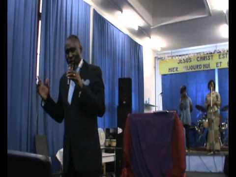 Pasteur Eddy Mahele chante yaya na ngai de Sr Esther Akawa.wmv