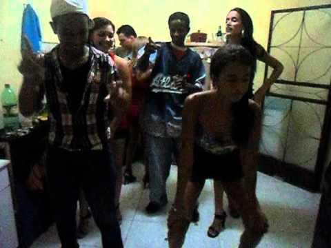 Meninas Dançando Sensualmente. (Desce que Desce)