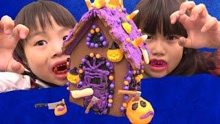 お菓子の家にクリームで飾り付けをして、ハロウィン用の斧や包丁、ジャ...