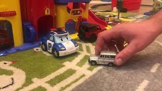 Играем в машинки. парковка для машинок. видео для мальчиков. ищем киндер