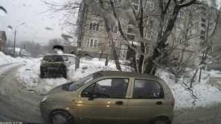 Блондинка за рулём Daewoo Matiz (Дэу Матиз) выезжает со двора на дорогу