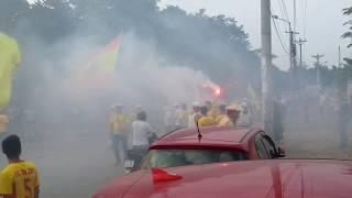 Cổ động viên Nam Định đốt pháo sáng ngoài sân trước trận Playoff với Hà Nội B