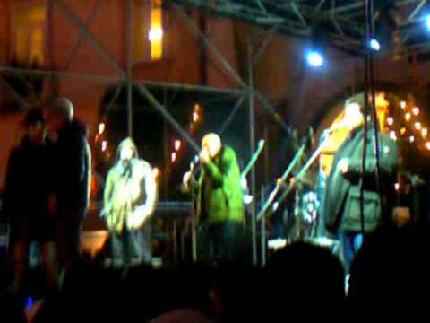 Neri per caso centro di gravita 39 permanente lyrics for Cerco cose gratis
