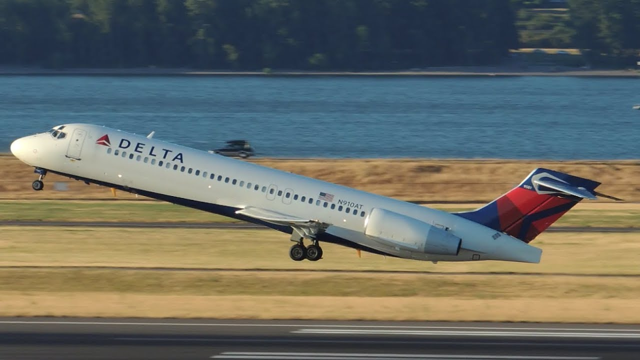 Delta Airlines Boeing 717200 N910AT takeoff from PDX