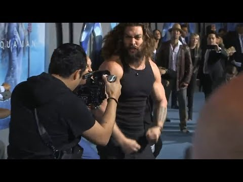 Джейсон Мамоа - танец Хака на премьере фильма Аквамен
