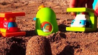 Видео про машинку и вертолётик на пляже. Строим пирамиду(Играем на пляже! Собираем игрушечную пирамидку и строим маленькие пирамидки из песка. Сегодня нам в этом..., 2015-01-23T12:01:01.000Z)