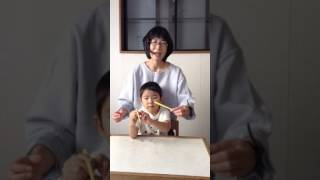お箸の教え方を映像で紹介^^♪ Step1:1本の箸を動かす練習 Step2:1本の...