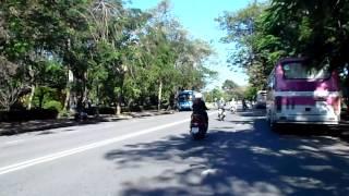 グエン王朝の都だったフエは美しい街だ。自転車の前に人力車がついたよ...