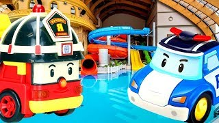 Robocar Poli und Roy im Schwimmbad. Spielzeugvideo für Kinder