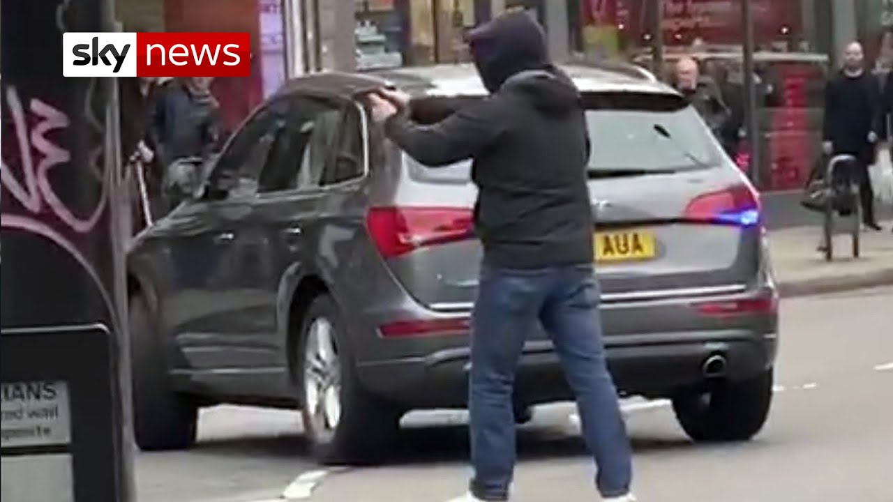 Moment armed police swooped on Streatham terror suspect