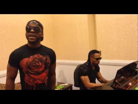 0 - VIDEO: Iyanya & Flavour Live Backstage Freestyle in DC