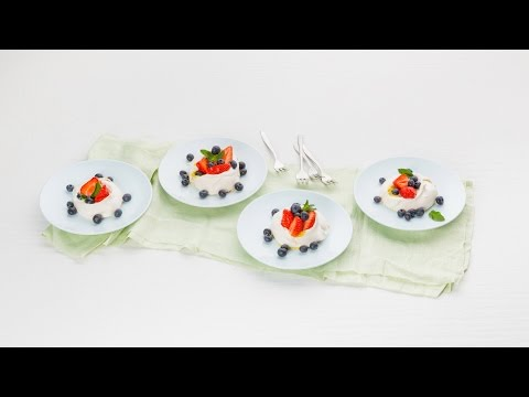 Minipavlova's met aardbeien, blauwe bessen & lemoncurd – Allerhande