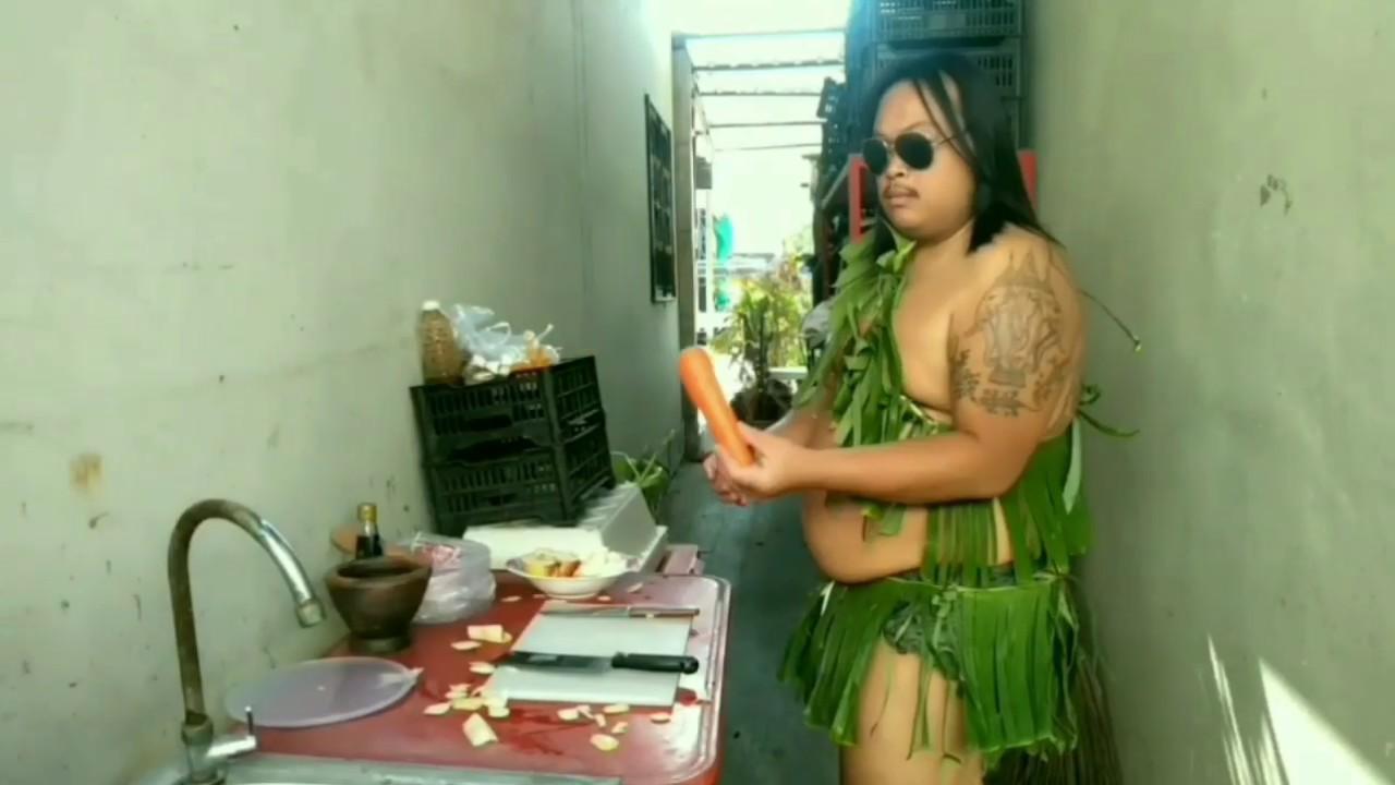 สุดยอดวิชาอาหารพักซาไกล Forest people enter the kitchen pounding fruit.