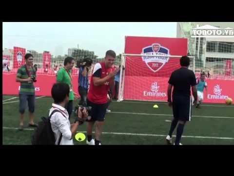 6 cầu thủ Arsenal giao lưu với fan nhí Việt Nam. (tonoto)