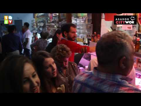 La noche de Tosantos se vive intensamente en el mercado de abastos de Algeciras