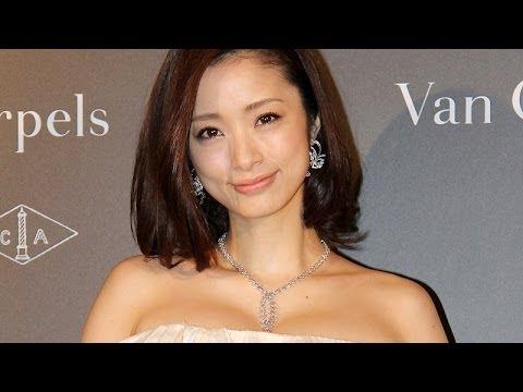 女優の上戸彩さんが12月12日、東京都内で行われたイベントに登場。2013年を表す漢字「輪」が発表されたことにちなみ漢字を聞かれた上戸さんは「...