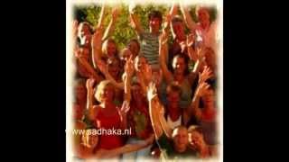 kirtan avond in Frankrijk... Aum Namo Narayanaya,...LEUK FILMPJE!! (mantra yoga zang meditatie)