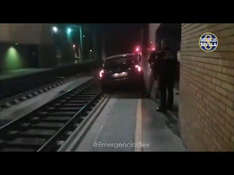Circula co seu coche pola vía do tren ata chegar á estación de Sevilla
