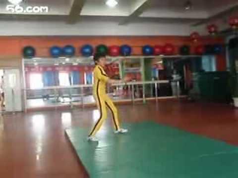 Cậu bé mang phong cách Lý Tiểu Long
